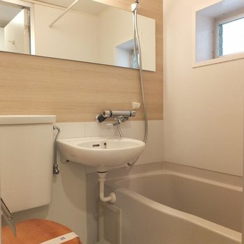 お風呂は3点ユニットです。  ※写真は別部屋です