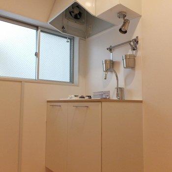 キッチンは窓があって明るさもgood!  ※写真は別部屋です