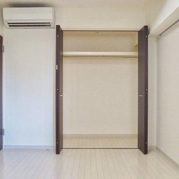 寝室には大きなクローゼット!(※写真は6階の別部屋)