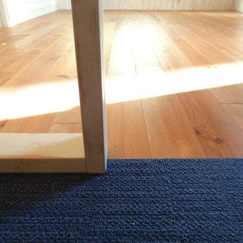 絨毯と無垢の切り替えが絶妙。