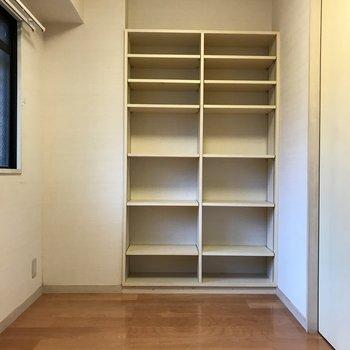 4帖の洋室にはオープンシェルフも。お気に入りの雑貨や本を置いて寝室として使いたい。