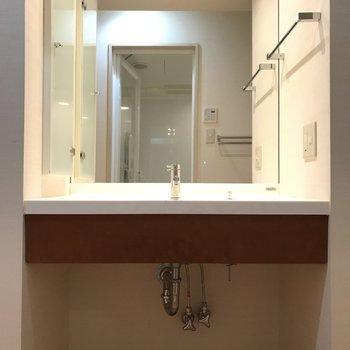 大きめの鏡がスタイリッシュな洗面です。