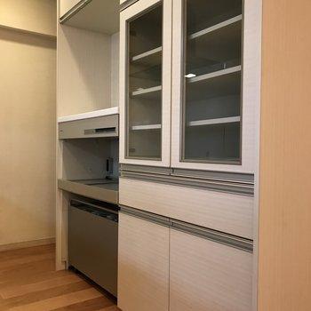 備え付けの食器棚兼キッチン家電置場もあるんです!