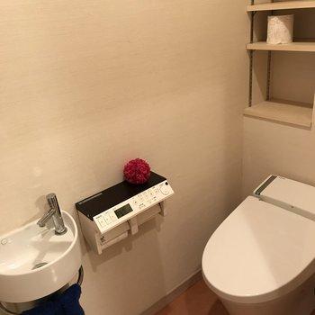 手洗い付きのトイレはスタイリッシュな雰囲気。