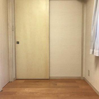 こちらの扉を開けば玄関へ繋がります。
