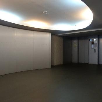 急に近未来的なエレベーターホール