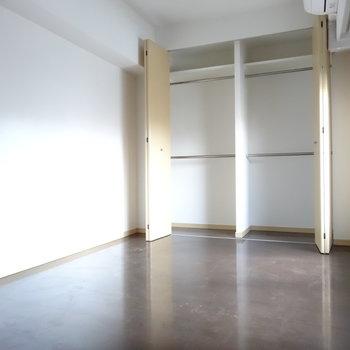 2階の広い方のお部屋は寝室に