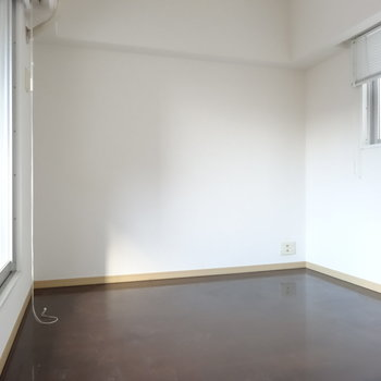 小さい方のお部屋はデスクを置いたり