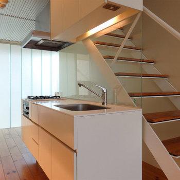 デザイン性の高いシステムキッチン※写真は別部屋