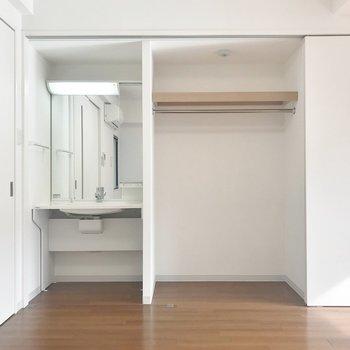 左から洗面台と収納がこんにちは♪