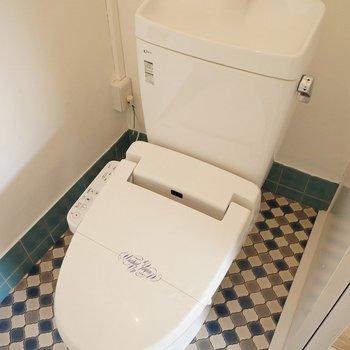 床にアクセントのトイレ