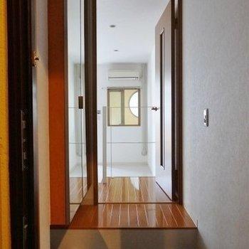 玄関入ってすぐに一段上がるちょっと変わった構造。※写真は前回募集時のものです。