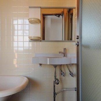お風呂に併設された独立洗面台。※写真は前回募集時のものです。