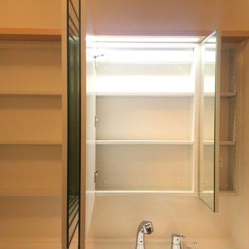 洗面台の鏡を開くと収納スペースになっているんです