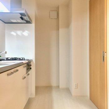 キッチンスペースはゆったり広め 奥の左は大きな冷蔵庫も入るスペースがあります!