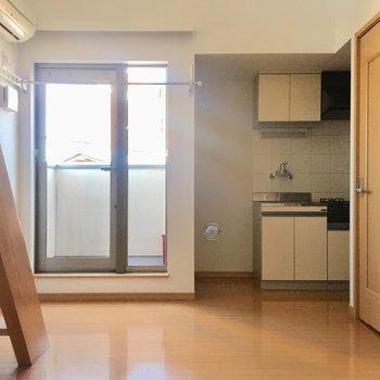 キッチンは奥に、冷蔵庫スペースもしっかりありますね