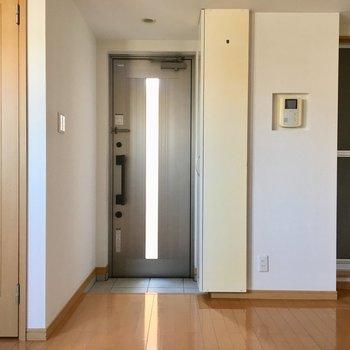 玄関の右側はお風呂、左の扉はトイレになります