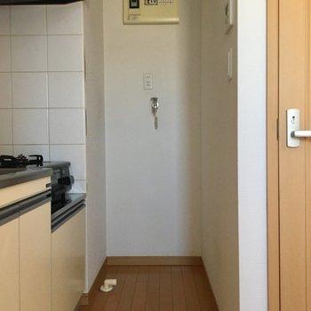 キッチン奥には洗濯機置場あり!