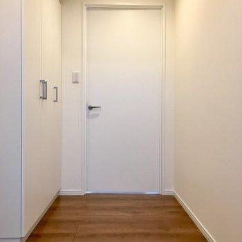 玄関を入って、廊下スペース。左の扉は.