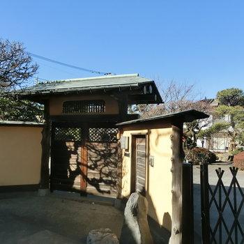 お向かいにあった和の門