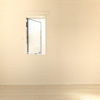 窓はハンドルをくるくる回して開けます