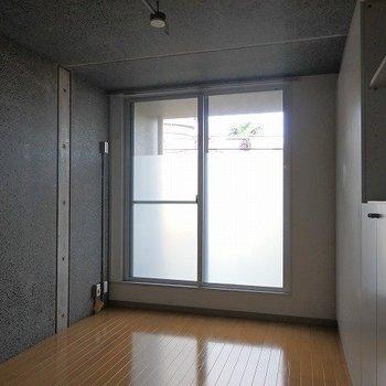 5.5帖の洋室。くもりシートで視界を遮っています。*写真は同間取りの別部屋です