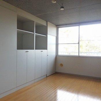 7帖の洋室。こちらの窓は腰の位置まで。*写真は同間取りの別部屋です