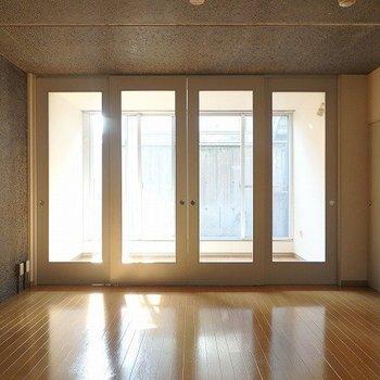 大きい窓からたくさん日が入ります。*写真は同間取りの別部屋です