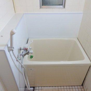 お風呂はコンパクト!窓付きです。