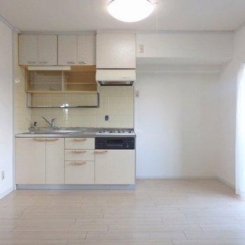 ちょっぴり渋めなキッチンがノスタルジックな雰囲気に。
