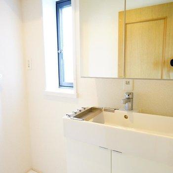 1階のかわいい洗面台♪横に洗濯機!※写真は前回募集時のものです