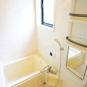 お風呂はタイルがステキですね!窓も◎※写真は前回募集時のものです