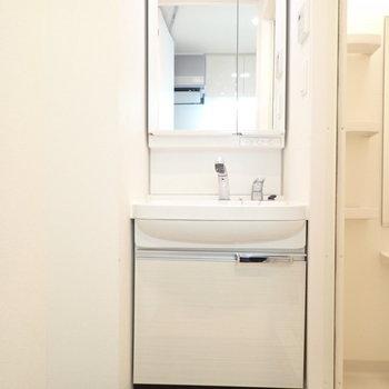 お風呂を出たところに洗面台がすっぽり。