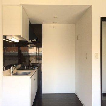 こちらは窓側からのキッチン※写真は別部屋