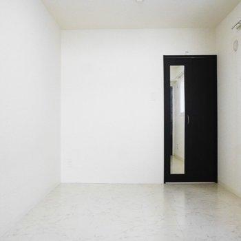 奥の洋室はこちら