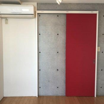 赤い扉がパンチ効いてる!