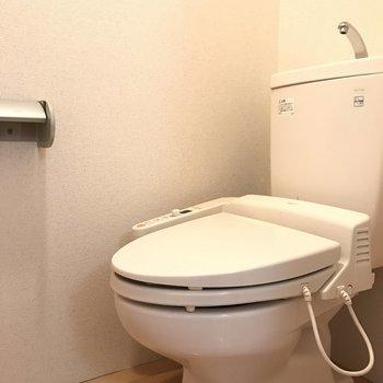 ウォシュレット付きトイレ!上には棚も付いてます