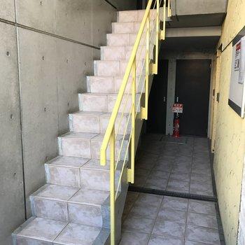 2階へと上がる階段〜