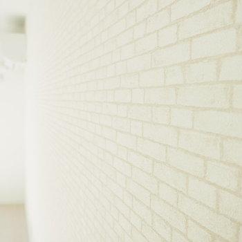 実は、壁の一面には白いレンガのクロスなんです。