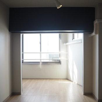 キッチンから窓側を見て。