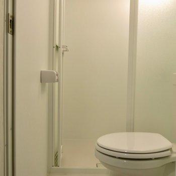 トイレの奥にシャワールームがあります