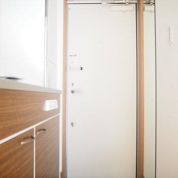 玄関キッチンをみて。シューボックスもしっかりあります!