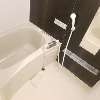 お風呂も広々ですね。※写真はクリーニング前です
