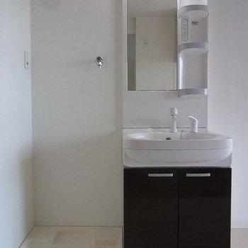 キッチンの後ろに独立洗面台