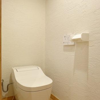 トイレの壁にもこだわりの壁材で消臭・抗菌!※写真は前回掲載時のものです。