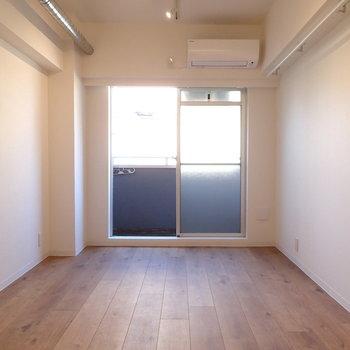 床は無垢っぽいフロアタイル。※写真は前回募集時のものです