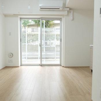 東向きの窓から光は十分※写真は反転間取り別部屋のものです