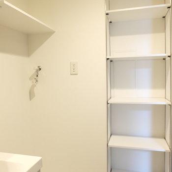 洗濯機の近くに収納たくさん!便利※写真は1階の反転似た間取り別部屋のものです
