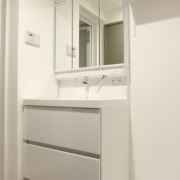 洗面台おおきい!※写真は1階の反転似た間取り別部屋のものです