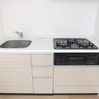 キッチンは嬉しい3口※写真は1階の反転似た間取り別部屋のものです